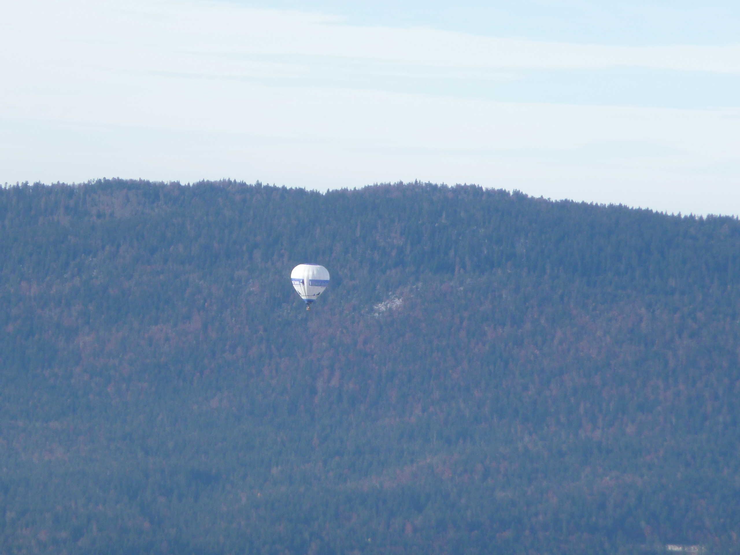 mongolfière dans l'air calme de la vallée