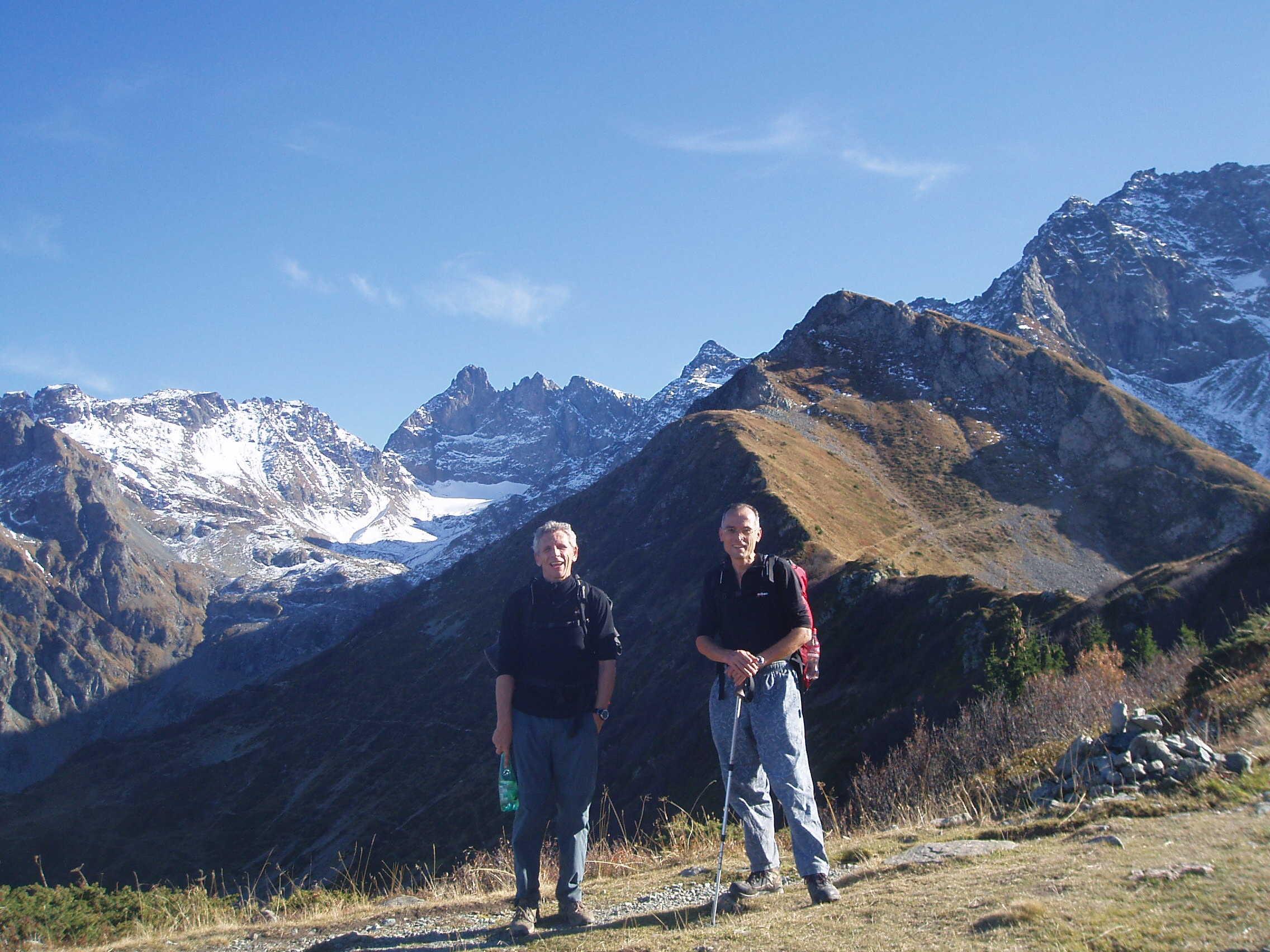 Grand Pic enneigé au loin