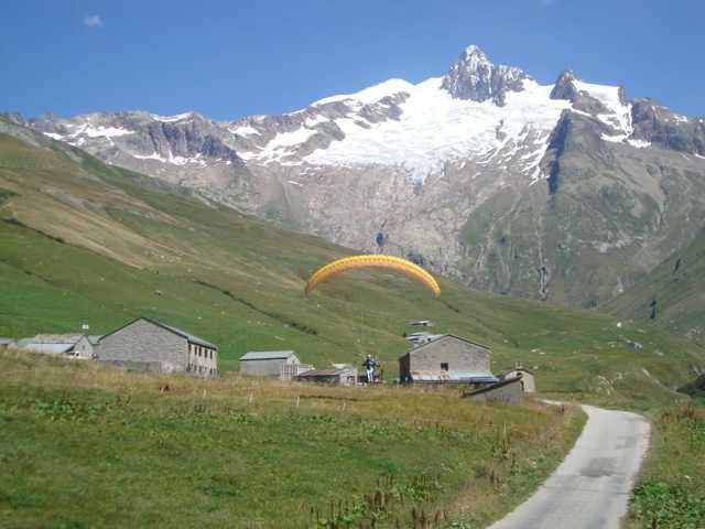 attérissage d'Antoine à la ville des Glaciers... au pied de l'aiguille des glaciers