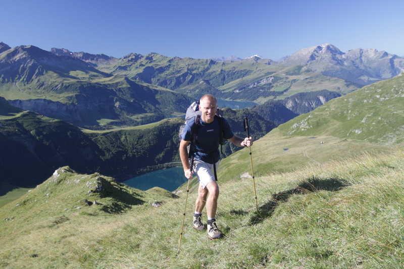 montée au col de la Gitte - au fond les lacs de la Gittaz et de Roselend