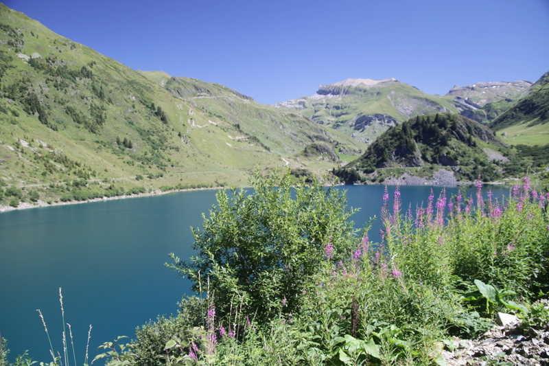du lac de la Gittaz : à gauche le col de la gitte, au centre l'aiguille de la Pennaz et à droite vers la pointe des fours