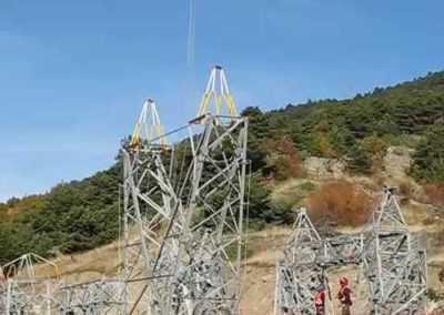 Installation d'un pylône d'une ligne haute tension au Mont Guillaume